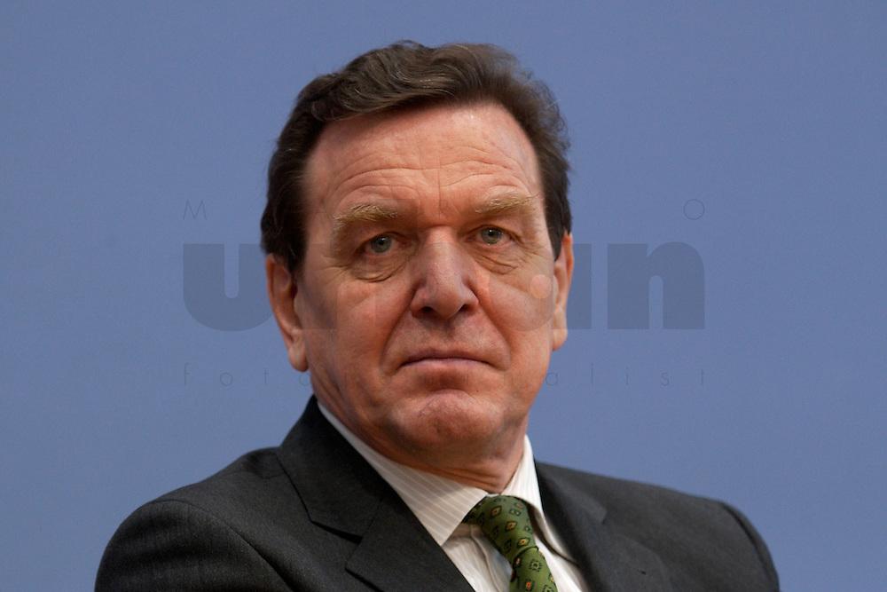 06 FEB 2004, BERLIN/GERMANY:<br /> Gerhard Schroeder, SPD, Bundeskanzler und SPD Parteivorsitzender, waehrend der Pressekonferenz zur Bekanntgabe seines Ruecktritts vom Parteivorsitz, Bundespressekonferenz<br /> IMAGE: 20040206-03-029<br /> KEYWORDS: Gerhard Schr&ouml;der, BPK, R&uuml;cktritt,