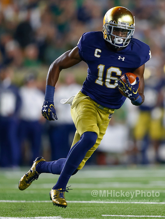 SOUTH BEND, IN - OCTOBER 15: Torii Hunter Jr. #16 of the Notre Dame Fighting Irish runs the ball after a reception against the Stanford Cardinal at Purcell Pavilion on October 15, 2016 in South Bend, Indiana.  (Photo by Michael Hickey/Getty Images) *** Local Caption *** Torii Hunter Jr.