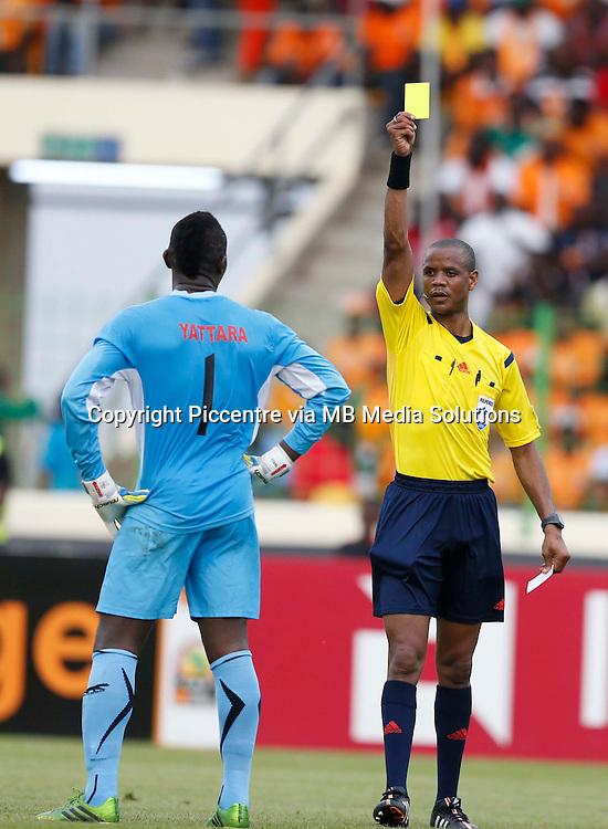 Guinea goalkeeper Naby Yattara is show a yellow card against Ghana during their AFCON 2015 Quarter Finals Match on February 1 2015 at Estadio de Malabo Equatorial Guinea. Photo/Mohammed Amin/www.pic-centre.com (Equatorial Guinea)