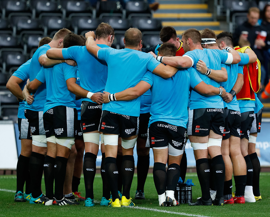 Ospreys players huddle during the pre match warm up<br /> <br /> Photographer Simon King/Replay Images<br /> <br /> Guinness PRO14 Round 2 - Ospreys v Cheetahs - Saturday 8th September 2018 - Liberty Stadium - Swansea<br /> <br /> World Copyright © Replay Images . All rights reserved. info@replayimages.co.uk - http://replayimages.co.uk