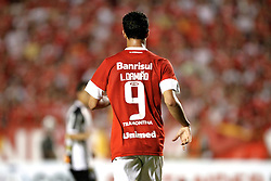 O camisa 9 do Internacional, Leandro Damião em lance do jogo contra o Santos, em partida valida pela Copa Libertadores da America, no estadio Beira Rio, em Porto Alegre. FOTO: Jefferson Bernardes/Preview.com