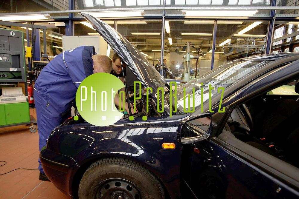 Mannheim. Bildungsakademie. Ausbildungsst&auml;tte f&uuml;r Lehrberufe.<br /> Ausbildung im Bereich Kraftfahrzeugelektrik.<br /> <br /> Bild: Markus Pro&szlig;witz<br /> <br /> ++++ Archivbilder und weitere Motive finden Sie auch in unserem OnlineArchiv. www.masterpress.org ++++