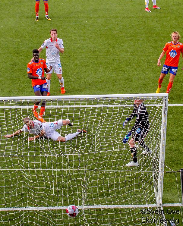 1. divisjon fotball 2018: Aalesund - Levanger (4-0). Aalesunds Pape Habib Gueye setter inn 4-0 i duell med Viktor Ljung i kampen i 1. divisjon i fotball mellom Aalesund og Levanger på Color Line Stadion. Keeper Julian Faye Lund til høyre.