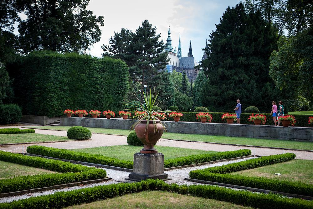 Die Königlichen Gärten (Kralovska Zahrada) in der Nähe der Prager Burg. Im Hintergrund der Veitsdom.