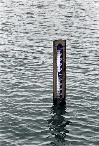 Nederland, Ooij, 04-02-1995Eind januari, begin februari 1995 steeg het water van de Rijn, Maas en Waal tot record hoogte van 16,64 m. bij Lobith. Een evacuatie van 250.000 mensen was noodzakelijk vanwege het gevaar voor dijkdoorbraak en overstroming. op verschillende zwakke punten werd geprobeerd de dijken te versterken met zandzakken. Hier een waterpeilstok in de Ooijpolder bij Nijmegen. Late January, early February 1995 increased the water of the Rhine, Maas and Waal to a record high of 16.64 meters at Lobith. An evacuation of 250,000 people was needed because of flood risk. At several points people tried to reinforce the dikes with sandbags. Here in the Ooijpolder in Nijmegen.Foto: Flip Franssen/Hollandse Hoogte