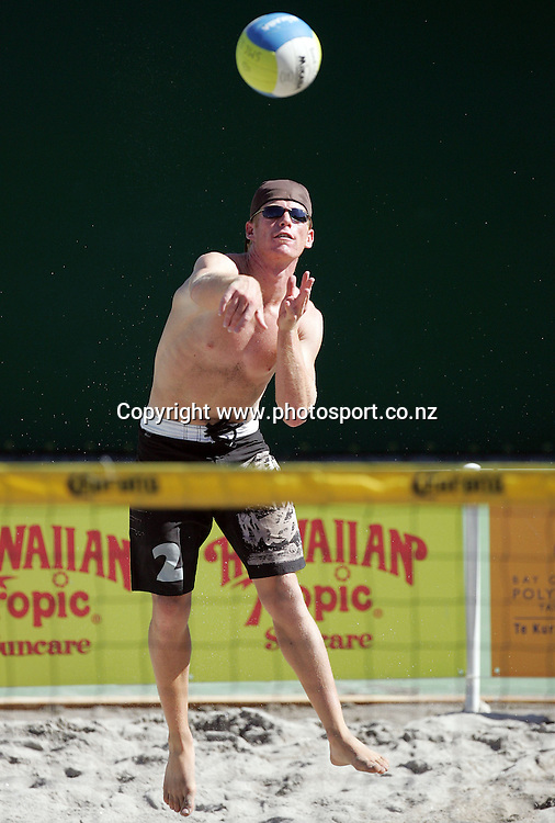 Jason Lochhead (NZ) serves at the NZ Beach Volleyball Open at Stanley St, Auckland, New Zealand on Friday 20 January, 2006. Photo: Hannah Johnston/PHOTOSPORT<br /><br /><br /><br /><br /><br />143330