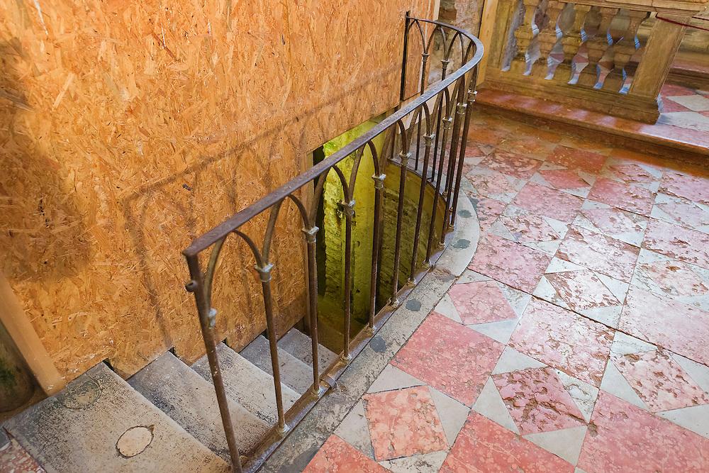 Italie, Venetie, 20141125.San Zaccaria kerkToegang tot de crypte onder de San Tarasio kapel in de Kapel van Maria Addolorata, Cappella dell'Addolorata (Moeder van de zeven smarten)<br /> Recente restauratie van de kapel van de kerk van San Zaccaria die een muurschildering van de late gotiek beeltenis van twee engeltjes en de eeuwige Vader heeft opgeleverd.<br /> Het werk van de restauratie wordt gefinancierd door de Stichting Nederlands Venetie Comit&eacute; in samenwerking met het Cultureel Erfgoed Comite van Venetie. (Soprintendenza ai beni culturali) <br /> De Cappella dell'Addolorata - van Maria de Moeder van Smarten - bevindt zich direct naast de San Tarasio kapel in de San Zaccharia-kerk.Italy, Venice, 20141125.San Zaccaria church<br /> Chapel of Maria Addolorata, Cappella dell'Addolorata (Mother of the Seven Sorrows)<br /> Recent restoration of the chapel of the Church of San Zaccaria which has produced a mural of the late Gothic depicting two angels and the Eternal Father.<br /> The work of restoration is funded by the Dutch Foundation Venice Committee in collaboration with the Cultural Heritage Committee of Venice. (Soprintendenza ai beni culturali)<br /> Cappella dell'Addolorata - Mary Mother of Sorrows - located right next to the San Tarasio chapel in the San Zaccharia Church.