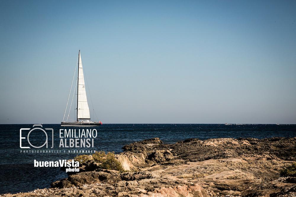 Favignana, Sicilia, Italia, 2016<br /> Barca a vela davanti alle coste di Favignana, Isole Egadi.<br /> <br /> Favignana, Sicily, Italy, 2016<br /> Sailing boat in front of the coast of Favignana, Aegadian Islands.