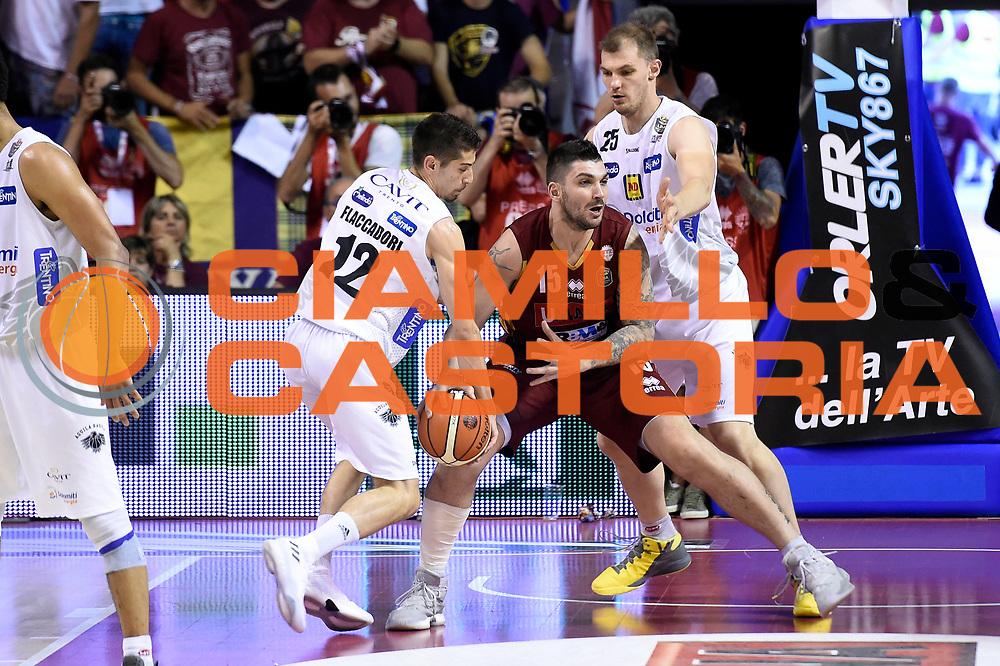 Diego Flaccadori, Esteban Batista<br /> Umana Reyer Venezia - Dolomiti Energia Aquila Basket Trento<br /> Lega Basket Serie A 2016/2017<br /> Playoff, finale gara 5<br /> Venezia, 18/06/2017<br /> Foto M.Ceretti / Ciamillo-Castoria