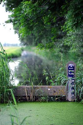 Nederland, Nieuwerkerk aan den IJssel, 28-5-2017Het laagste punt van het land in de Zuidplaspolder. 6,74 meter onder zeeniveau . De peilstok, waterpeilstok, staat bij een kleine stuwFoto: Flip Franssen