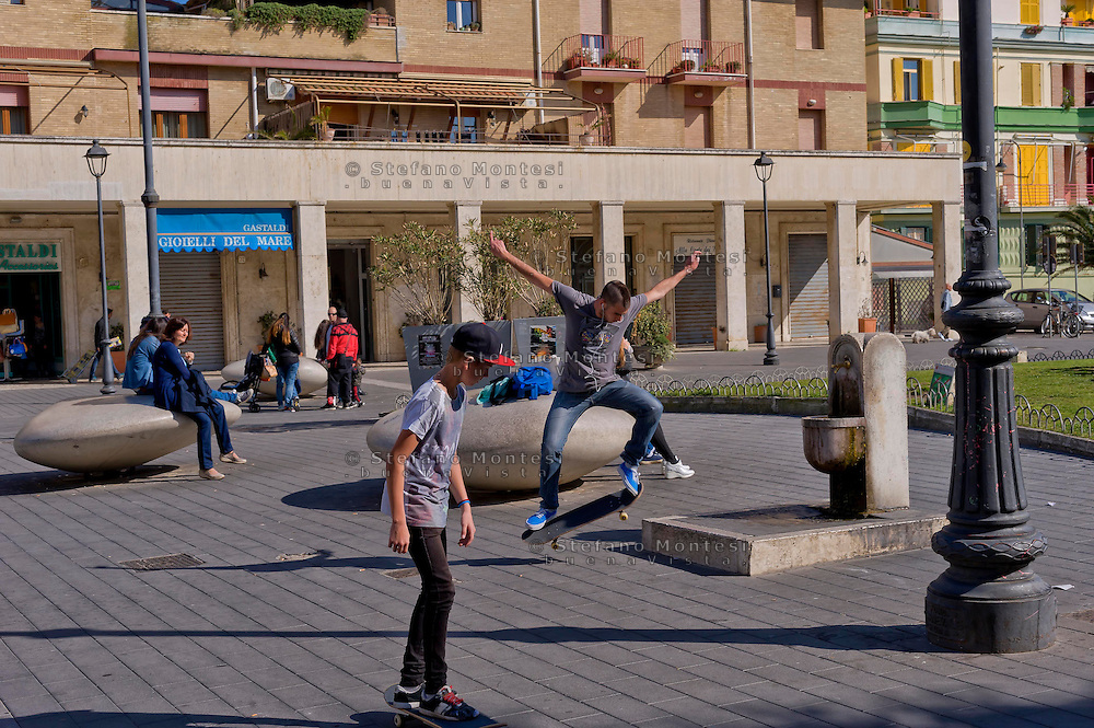 Lido di Ostia, Roma<br /> Ragazzi con skateboard in piazza Anco Marzio.<br /> Lido di Ostia, Rome<br /> Boys with skateboards in Piazza Anco Marzio