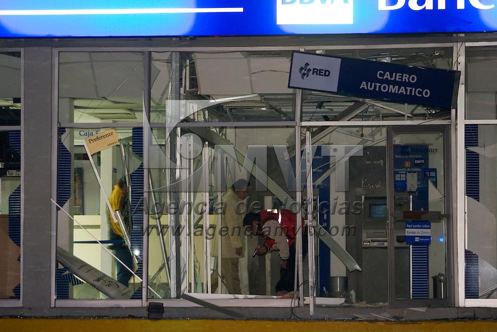 TOLUCA, México.- Dos bancos fueron atacados esta madrugada con artefactos explosivos, en la sucursal de BBV Bancomer, peritos de la procuradurias estatal y federal investigan entre los escombros y restos de lo que fuera la cristaleria de cajeros automaticos y area de atenciona clientes. Agencia MVT / Mario Vázquez de la Torre. (DIGITAL)