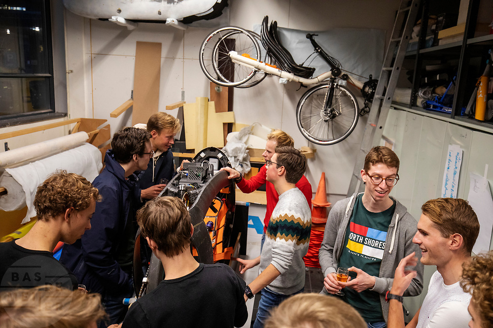 In de D:Dreamhall in Delft maken de atleten kennis met het team. In september wil het Human Power Team Delft en Amsterdam, dat bestaat uit studenten van de TU Delft en de VU Amsterdam, tijdens de World Human Powered Speed Challenge in Nevada een poging doen het wereldrecord snelfietsen voor tandems te verbreken met de VeloX XT, een gestroomlijnde ligfiets. Het record staat sinds 2019 op 120,26 km/u<br /> <br /> In Delft he athletes meet the team for the first time. With the VeloX XT, a special recumbent bike, the Human Power Team Delft and Amsterdam, consisting of students of the TU Delft and the VU Amsterdam, also wants to set a new tandem world record cycling in September at the World Human Powered Speed Challenge in Nevada. The current speed record is 120,26 km/h, set in 2019.