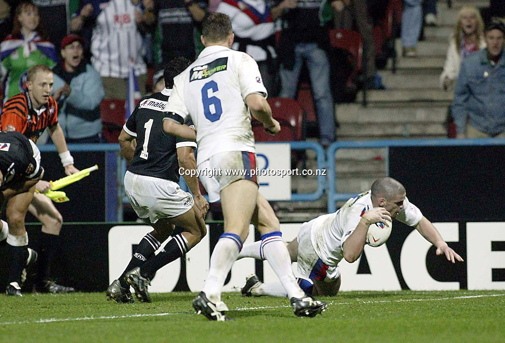 Stuart Reardon scores a try for during the Tri Nation rugby league match between Great Britain and New Zealand, 6 Novemeber 2004, Macalpine Stadium, Huddersfield, UK. <br />