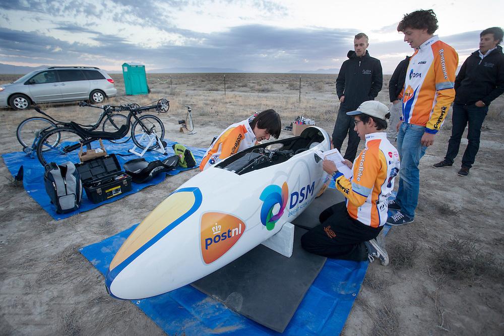 Het technisch team maakt de VeloX2 in orde voor de kwalificatie. In de vroege ochtend worden de kwalificaties gereden. In de buurt van Battle Mountain, Nevada, strijden van 10 tot en met 15 september 2012 verschillende teams om het wereldrecord fietsen tijdens de World Human Powered Speed Challenge. Het huidige record is 133 km/h...Near Battle Mountain, Nevada, several teams are trying to set a new world record cycling at the World Human Powered Vehicle Speed Challenge from Sept. 10th till Sept. 15th. The current record is 133 km/h.