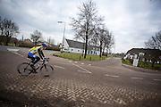 Bij Bunnik rijdt een man op een racefiets.<br /> <br /> Near Bunnik a man rides his road bike.