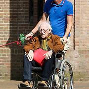 NLD/Laren/20120811 - Henriette Tol een partner Rob Snoek met ouders in een rolstoel door Laren