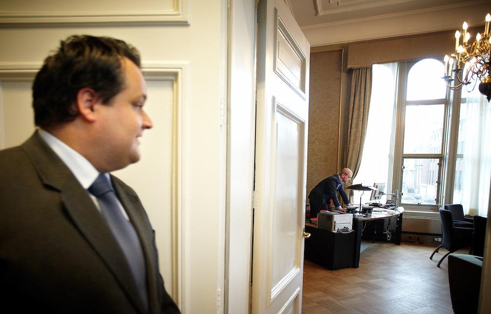 Nederland. Den Haag, 26 april 2012. <br /> 15.35 Demissionair minister van Financien Jan Kees de Jager op bezoek bij Diederik Samsom PvdA. VVD, CDA, D66, GroenLinks en ChristenUnie zijn met het kabinet een principe-akkoord overeengekomen over de begroting van volgend jaar. In een ultieme poging tracht de Jager Samsom mee te krijgen in de nieuwe plannen, vergeefs...<br /> Men is als Tweede Kamer uit de impasse gekomen om voor mei een begroting voor 2013 op te stellen na de val van het kabinet Rutte van VVD, CDA en met gedoogsteun van de PVV van Geert Wilders. Crisisakkoord na mislukken ook van Catshuisberaad. 3% Financieringstekort.<br /> Het kabinet en de regeringspartijen VVD en CDA hebben in twee politiek gezien krankzinnige dagen met de oppositiepartijen D66, GroenLinks en de ChristenUnie een akkoord gesloten over bezuinigingen en hervormingen in 2013. Minister Jan Kees de Jager van Financi&euml;n koppelde als verkenner de vijf partijen aan elkaar en kreeg in nog geen 30 uur voor elkaar waar VVD en CDA met gedoogpartij PVV in 7 weken overleg in het Catshuis niet in waren geslaagd. Politiek, kabinet Rutte, kabinetscrisis, Catshuisonderhandelingen, Tweede Kamer, wandelgangenakkoord, Kunduzcoalitie, begrotingsakkoord, <br /> Foto : Martijn Beekman