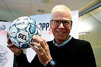 Fotball , 27. september 2017 , Eliteserien og Toppserien har fått felles ligaball , <br /> <br /> Her er  Leif Øverland med Eliteserie-ballen