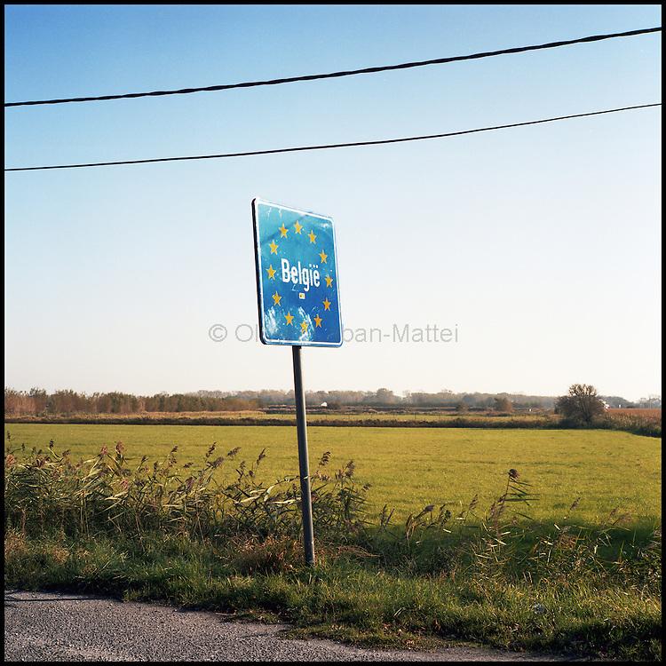 Le 24 octobre 2011, frontière Belgique / France, près d'Adinkerke (B), RN386. Panneau indiquant l'entrée en Belgique, situé à proximité de l'ancien poste frontière d'Adinkerke.