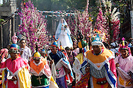 Residents of Panchimalco, El Salvador dressed as Moors and Christians carried the procession of the flower festival tradional Sunday May 10, 2009. A traditional festival in which hundreds of coconut palms are ardon with flowers..Pobladores de Panchimalco, El Salvador vestidos de moros y cristianos realizan la procesión de las tradional fiesta de las flores  Domingo May 10, 2009. Una fiesta tradicional en la que centenares de palmas de coco son ardonadas con flores naturales. Edgar ROMERO/Imagenes Libres