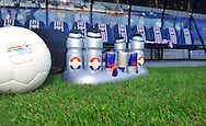 22-08-2009 Voetbal:Willem II:Heracles Almelo:Tilburg<br /> Illustratief Red Bull drinkflessen Willem II, bal Eredivisie, reservebank, gras close<br /> Foto: Geert van Erven
