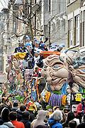 Nederland, Nijmegen, 7-2-2016 Carnavalsoptocht door Knotsenburg.In de optocht worden vaak lokale politieke of sociale themas, onderwerpen op de hak genomen. Satire, de spot drijven met, cabaretesk, op de hak nemen, thema, onderwerp, politiek,lokaal, te kijk zetten.Foto: Flip Franssen /HH