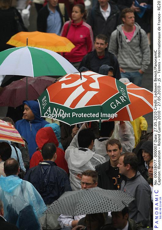 Illustration - Roland Garros 2010 - 27.05.2010 - J5 - Tennis - Internationaux de France- RG2010 RG 2010 - hauteur attitude pluie parapluie parapluies ambiance vue large generale foule supporter supporters spectateurs ambaince *** Local Caption *** 00038077
