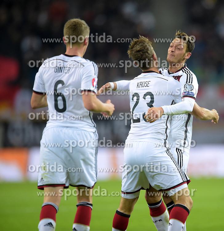 11.10.2015, Stadion Leipzig, Leipzig, GER, UEFA Euro Qualifikation, Deutschland vs Georgien, Gruppe D, im Bild Matthias Ginter (GER #6), Max Kruse (GER #23) und Mesut Oezil (GER #8) beim Jubel zum 2:1 Tor // during the UEFA EURO 2016 qualifier group D match between Germany and Georgia at the Stadion Leipzig in Leipzig, Germany on 2015/10/11. EXPA Pictures &copy; 2015, PhotoCredit: EXPA/ Eibner-Pressefoto/ Ostpix<br /> <br /> *****ATTENTION - OUT of GER*****