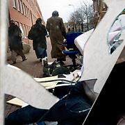 Nederland Den Haag 26 november 2008 2081126 Foto: David Rozing..Moslima's lopen langs afval op straat in achterstandswijk Schilderwijk.De schilderwijk is een van de 40 wijken van Vogelaar. Deze lijst van 40 Nederlandse probleemwijken is op 22 maart 2007 door Minister Ella Vogelaar van Wonen, Wijken en Integratie bekend gemaakt. De minister duidde deze wijken aan met prachtwijken. In deze wijken zullen gedurende de kabinetsperiode Balkenende IV extra investeringen worden gedaan gezien stapeling van sociale, fysieke en economische problemen die zich daar voordoen..De wijk is in de tweede helft van de 19e eeuw gebouwd. Het is een van de armste wijken in Nederland. Zo'n 87% van de 33.123 geregistreerde bewoners is van niet Westerse afkomst  met name Turks, Surinaams en Marokkaans..De Schilderswijk is rijk aan verschillende culturen die boven en naast elkaar leven. .Foto: David Rozing