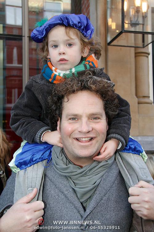 NLD/Amsterdam/20111117 - Inloop Bennie Stout in premiere voor Sinterklaas, Dirk Zeelenberg en zoontje