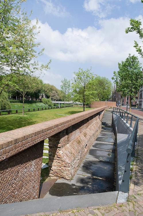 Nederland, Den Bosch, 20110428..Bastion Maria, herbouwd 2010. Onderdeel van de verdedigingswerken rond Den Bosch. Langs de rivier de Dommel, St. Janssingel in Den Bosch..Bij de werkzaamheden in april 2008 voor de aanleg van de ecologische verbindingszone werd aan het zuidelijk deel van de Stadsdommel een heel oude stadsmuur aangetroffen die in 1614 is omgetrokken om plaats te maken voor een nieuwe. .Een deel van de muur is in mei 2008 uit het voorland van de Westwal gelicht en veiliggesteld. Het vijftiende - eeuwse metselwerk wordt hergebruikt in het ontwerp voor de reconstructie van Bastion Maria. ..Netherlands, Den Bosch, 20110428..Bastion Mary, rebuilt 2010. Part of the defenses around Den Bosch. Along the river Dommel, St. Janssingel in Den Bosch..The work in April 2008 for the construction of the ecological corridor was in the southern part of the Stadsdommel a very old city wall discovered in 1614 was pulled down to make way for a new one..Part of the wall in May 2008 from the foothills of the Westwal informed and secure. The fifteenth - century masonry is reused in the design for the reconstruction of Bastion Mary.