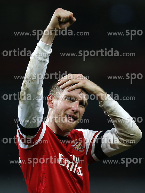 01.01.2014, Emirates Stadion, London, ENG, Premier League, FC Arsenal vs Cardiff City, 20. Runde, im Bild Per Mertesacker of Arsenal greets spectators after // Per Mertesacker of Arsenal greets spectators after the English Premier League 20th round match between Arsenal FC and Cardiff City at the Emirates Stadion in London, Great Britain on 2014/01/01. EXPA Pictures &copy; 2014, PhotoCredit: EXPA/ Photoshot/ Wang Lili<br /> <br /> *****ATTENTION - for AUT, SLO, CRO, SRB, BIH, MAZ only*****