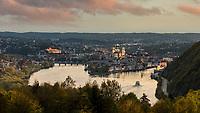 Dreiflüsseblick Passau. Es ist weltweit die einzige Stelle, wo drei Flüsse aus drei Himmelsrichtungen kommend sich vereinen und gemeinsam in die vierte weiterfließen: von Norden die Ilz, von Westen die Donau und von Süden der Inn.