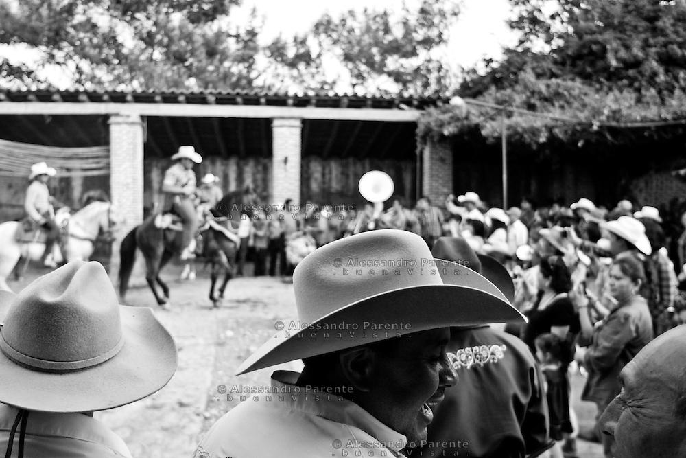ENG:<br /> The hosts wear the best hat they have for the ceremony.<br /> ITA:<br /> Ogni invitato all'evento indossera' un &quot;sombrero&quot; da cerimonia.