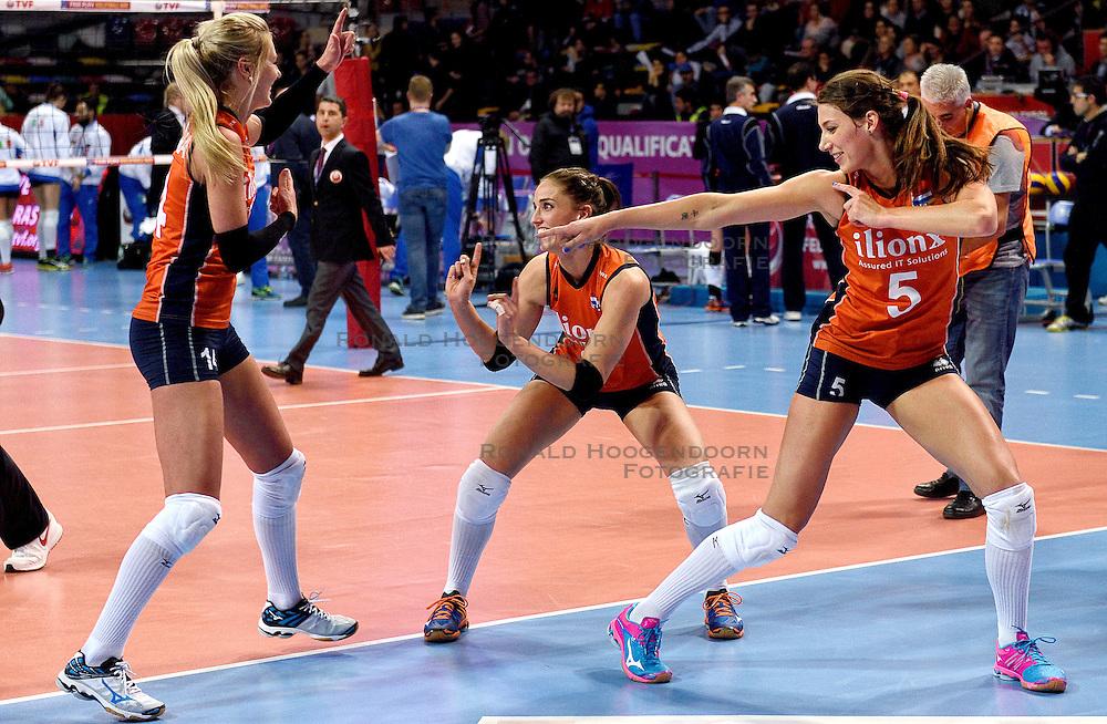 08-01-2016 TUR: European Olympic Qualification Tournament Nederland - Italie, Ankara<br /> De volleybaldames hebben op overtuigende wijze de finale van het olympisch kwalificatietoernooi in Ankara bereikt. Itali&euml; werd in de halve finales met 3-0 (25-23, 25-21, 25-19) aan de kant gezet / Vreugde bij Nederland met Laura Dijkema #14, Myrthe Schoot #9, Robin de Kruijf #5
