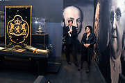 Koning Willem Alexander bij opening Joden en het Huis van Oranje in de Portugese Synagoge en Joods Historisch Museum<br /> <br /> King Willem Alexander at opening Jews and the House of Orange in the Portuguese Synagogue and Jewish Historical Museum<br /> <br /> Op de foto / On the photo: <br /> <br />  rondgang van de Koning op de tentoonstelling in het Joods Historisch Museum  //  tour of the King at the exhibition in the Jewish Historical Museum