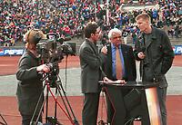 99041433: Programleder Espen Graff, fotballpresident Per Ravn Omdal og skadet vålerengakeeper Tore Krogstad i NRKs utendørsstudio før seriestart mellom Vålerenga og Bodø/Glimt på Bislett, 10. april 1999. (Foto: Peter Tubaas)