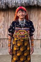 Retrato de Edilta Lombardo.  La  isla de Ustupu, perteneciente a la comarca indígena  Guna Yala,  forma parte del archipiélago de 365 islas a lo largo de la costa caribe noreste de Panamá..En Ustupu se genero la  Revolución Guna  en 1925, en la que los indígenas Gunas se defendieron ante las autoridades panameñas, que obligaban a los indígenas a occidentalizar su cultura a la fuerza. los Gunas con el aval del gobierno panameño, crearon un territorio autónomo llamado comarca indígena de Guna Yala, para garantizar la seguridad de la población y cultura Guna..(Ramón Lepage).La  isla de Ustupu, perteneciente a la comarca indígena  Guna Yala,  forma parte del archipiélago de 365 islas a lo largo de la costa caribe noreste de Panamá..En Ustupu se genero la  Revolución Guna  en 1925, en la que los indígenas Gunas se defendieron ante las autoridades panameñas, que obligaban a los indígenas a occidentalizar su cultura a la fuerza. los Gunas con el aval del gobierno panameño, crearon un territorio autónomo llamado comarca indígena de Guna Yala, para garantizar la seguridad de la población y cultura Guna..(Ramón Lepage).
