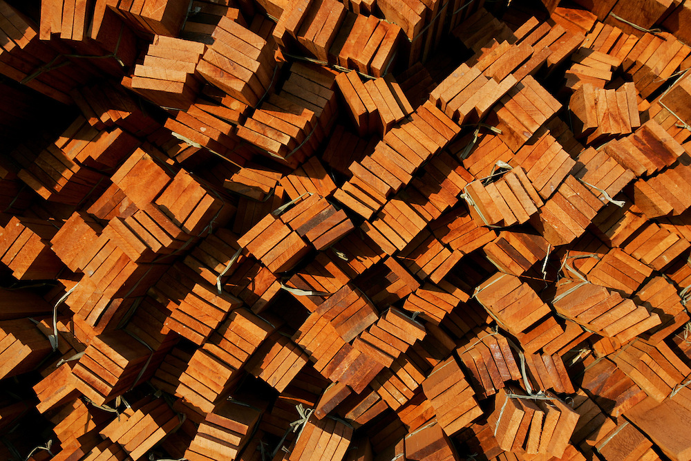 15/08/05. Wood impounded by Ibama (Instituto Brasileiro de Meio Ambiente / Brazilian environmental police) is stored and awaits a court resolution. ©Daniel Beltra
