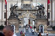 Soldaten der Präsidentengarde am Eingang der Prager Burggesehn vom Hradcanske Namesti (Hradschiner Platz).