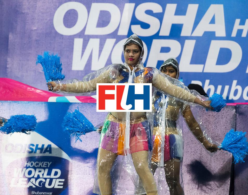 BHUBANESWAR - Danseressen in plastic tijdens de hevige regen   tijdens de Hockey World League Finals , de wedstrijd om de 7e plaats, Engeland-Nederland (0-1).   COPYRIGHT KOEN SUYK