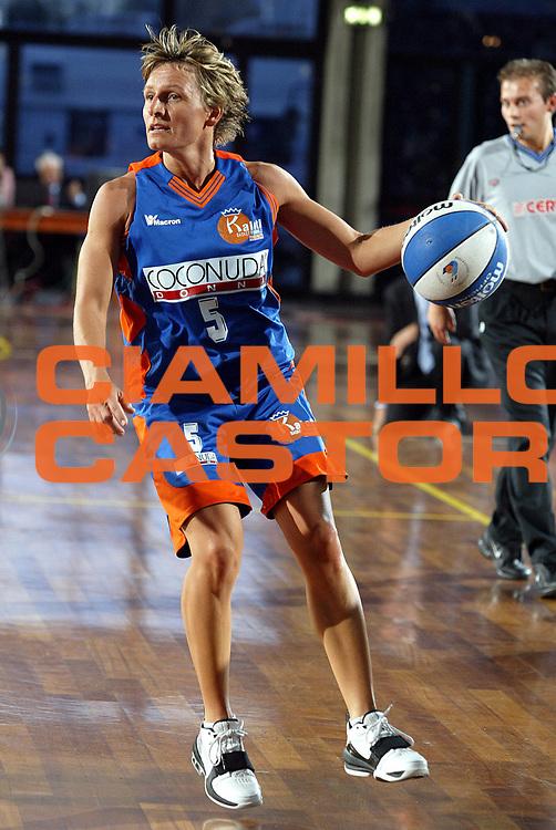 DESCRIZIONE : LA SPEZIA CAMPIONATO ITALIANO DI BASKET FEMMINILE LEGA A1 2004-2005<br />GIOCATORE : GRUPPI<br />SQUADRA : COCONUDA MADDALONI<br />EVENTO : CAMPIONATO ITALIANO BASKET FEMMINILE LEGA A1 2004-2005<br />GARA : FAMILA SCHIO-COCONUDA MADDALONI<br />DATA : 17/10/2004<br />CATEGORIA : PALLEGGIO<br />SPORT : Pallacanestro<br />AUTORE : Agenzia Ciamillo-Castoria/L.VILLANI
