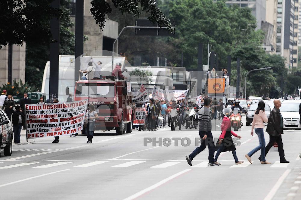 SAO PAULO, SP, 03 de junho 2013- Trabalhadores da feira da Madrugada realiza um protesto na Av Paulista contra o fechamento da feirinha pela Prefeitura de Sao Paulo - FOTO:ADRIANO LIMA / BRAZIL PHOTO PRESS).