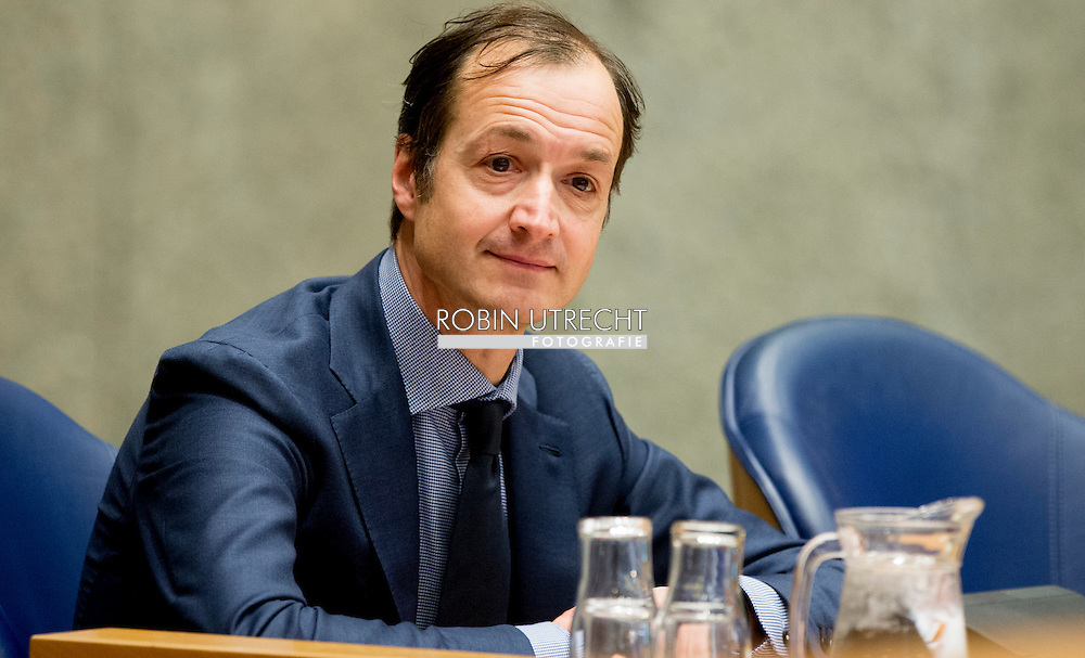 DEN HAAG - tweede kamer Staatssecretaris Eric Wiebes van Financien  copyright robin utrecht