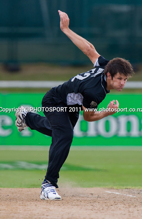 Hamish Bennett bowls during the 5th ODI, Black Caps v Pakistan, One Day International Cricket at Seddon Park, Hamilton, New Zealand. Thursday 3 February 2011. Photo: Stephen Barker/PHOTOSPORT