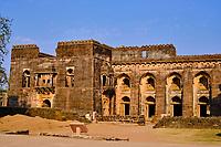 Inde, état du Madhya Pradesh, Mandu, palais de l'Hindola Mahal ou palais oscillant, XVè siècle de style afghan // India, Madhya Pradesh state, Mandu, Hindola Mahal palace or swinging palace, 15th century Afghan style