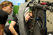 Studenten van het nieuwe team bekijken de VeloX 7. In Amsterdam wordt het zevende Human Power Team, dat bestaat uit studenten van de TU Delft en de VU Amsterdam, gehuldigd op de Vrije Universiteit door de voorzitter van het College van Bestuur Jaap Winter. Het team heeft in september 2017 het Nederlands snelheidsrecord verbroken. Aniek Rooderkerken reed 121,5 km/h, net te weinig voor het wereldrecord.