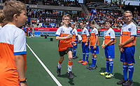 AMSTELVEEN - Fan of the match, Willem van AHC, met Line up kids voor  de wedstrijd om de 3e plaats ,   Nederland-Groot Brittannie (5-3),  bij  de Pro League Grand Final hockeywedstrijd heren. COPYRIGHT KOEN SUYK