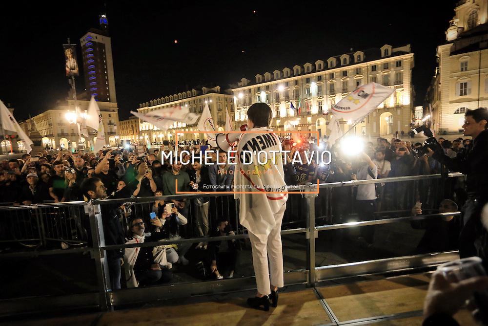 Torino 19 giugno 2016: Chiara Appendino festeggia con gli attivisti del Movimento 5Stelle